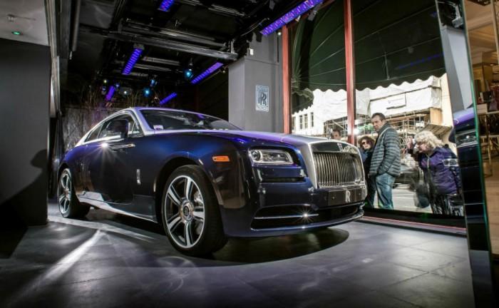 Rolls Royce Wraith Harrods Front 700x432 - Rolls Royce Wraith in Harrods - Rolls Royce Wraith in Harrods
