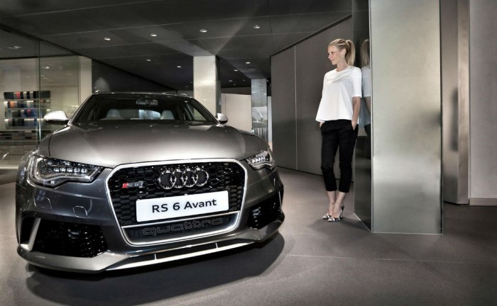 Gwyneth Paltrow with Audi RS6 Avant charity auction carwitter 700x432 - Custom Audi RS6 Avant sells for £120,000 - Custom Audi RS6 Avant sells for £120,000