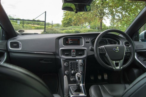 Volvo V40 Review Dashboard - carwitter