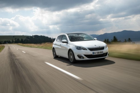 2014 Peugeot 308 Front Angle - carwitter