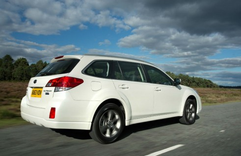 2014 Subaru Outback 2.0D SX Lineartronic Rear Angle - carwitter