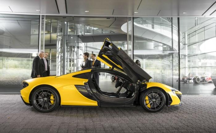 McLaren P1 Side Doors Open Yellow carwitter 700x432 - McLaren P1 0-60 time announced - McLaren P1 0-60 time announced
