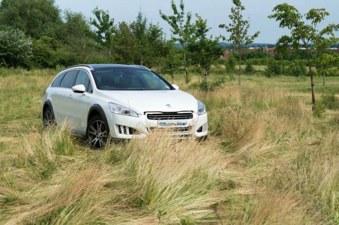 Peugeot 508 RXH Review - Front Angle Close Scenery - carwitter