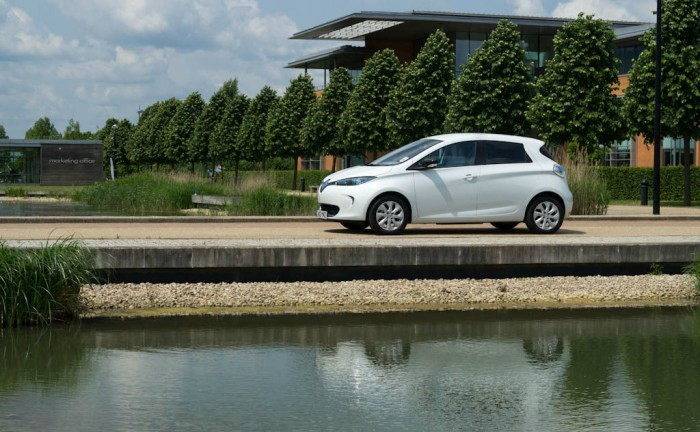 Renault ZOE Review Side Angle Scenic carwitter 700x432 - Renault ZOE Review – The concept car you can drive - Renault ZOE Review – The concept car you can drive
