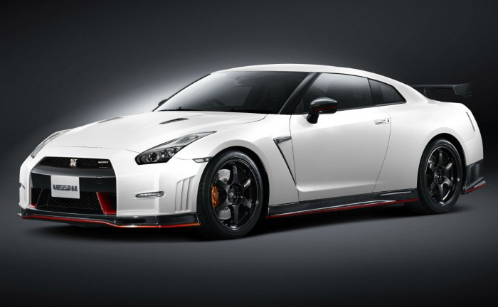 2014 Nissan Nismo GT R Front Angle Black carwitter 700x432 - Nissan GTR Nismo Specs - Nissan GTR Nismo Specs