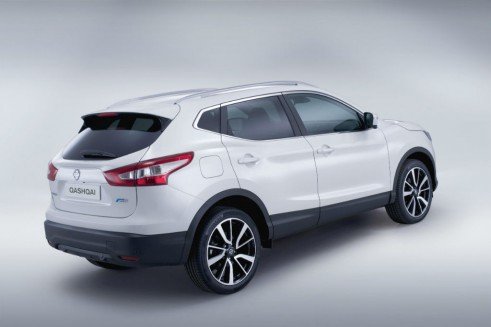 2014 Second Generation Nissan Qashqai Side Angle- carwitter