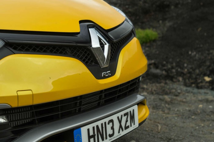 RenaultSport Clio 200 Turbo Review Front Badge carwitter 700x465 - Renaultsport Clio 200 Turbo Review – Have Renault lost the lead? - Renaultsport Clio 200 Turbo Review – Have Renault lost the lead?
