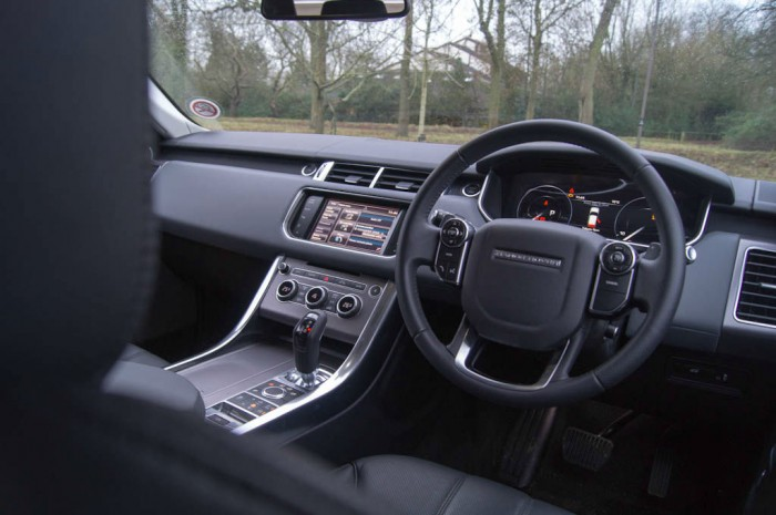 2013 Range Rover Sport Review Dashboard Wheel carwitter 700x465 - What to expect when driving a new Range Rover Sport for the first time - What to expect when driving a new Range Rover Sport for the first time