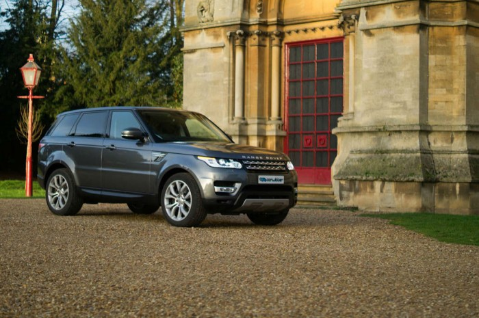 2013 Range Rover Sport Review Side Angle Scene carwitter 700x465 - Why are crossover SUV's so popular? - Why are crossover SUV's so popular?