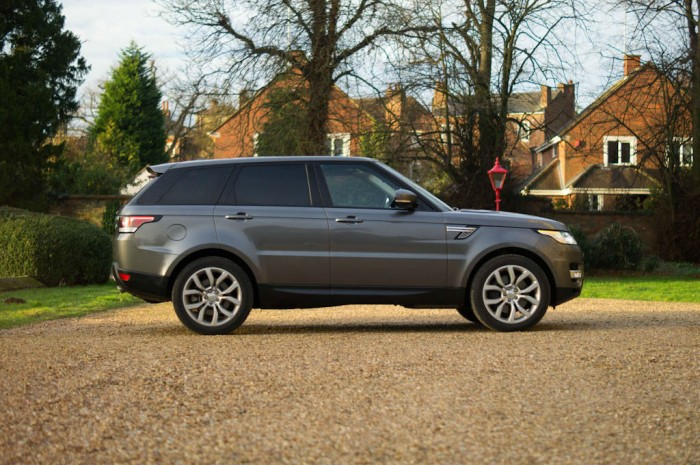 2013 Range Rover Sport Review Side carwitter 700x465 - What to expect when driving a new Range Rover Sport for the first time - What to expect when driving a new Range Rover Sport for the first time