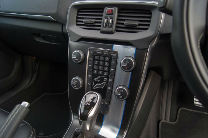 Volvo V40 T5 Review Center Console carwitter 700x465 - Volvo V40 T5 Review – Safety fast - Volvo V40 T5 Review – Safety fast