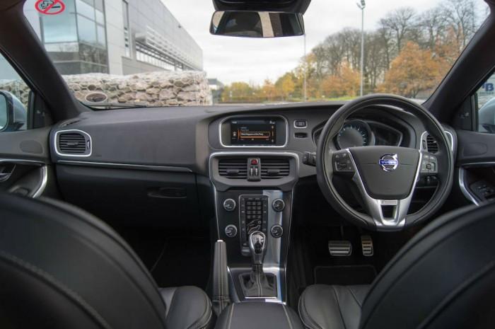 Volvo V40 T5 Review Dashboard carwitter 700x465 - Volvo V40 T5 Review – Safety fast - Volvo V40 T5 Review – Safety fast