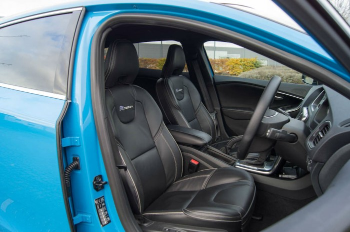 Volvo V40 T5 Review Front Seats carwitter 700x465 - Volvo V40 T5 Review – Safety fast - Volvo V40 T5 Review – Safety fast