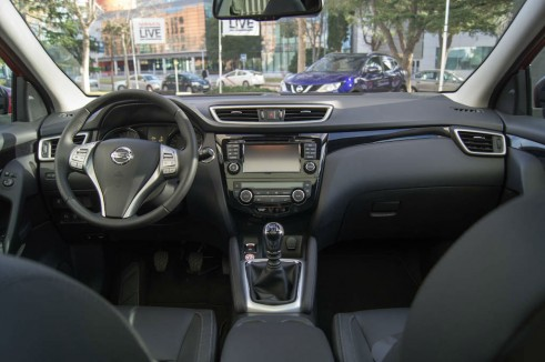 2014 Nissan Qashqai Review Dashboard carwitter 491x326 - 2014 Nissan Qashqai 1.2 DIG-T Review – The crossover reboot? - 2014 Nissan Qashqai 1.2 DIG-T Review – The crossover reboot?