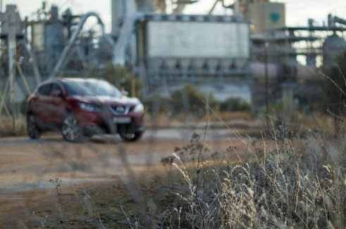 2014 Nissan Qashqai Review Front Angle Grass carwitter 491x326 - 2014 Nissan Qashqai 1.2 DIG-T Review – The crossover reboot? - 2014 Nissan Qashqai 1.2 DIG-T Review – The crossover reboot?