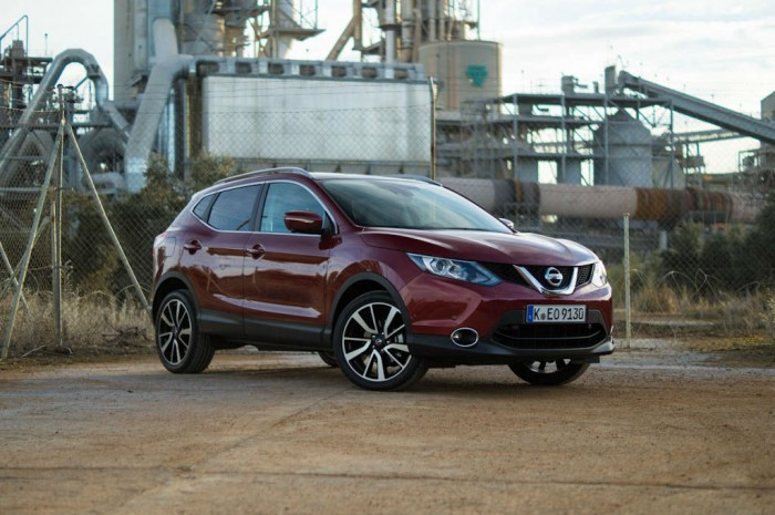 2014 Nissan Qashqai 1.2 DIG-T Review - Front Side Angle Center - carwitter
