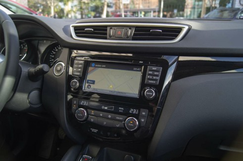 2014 Nissan Qashqai Review Infotainment Centre Console carwitter 491x326 - 2014 Nissan Qashqai 1.2 DIG-T Review – The crossover reboot? - 2014 Nissan Qashqai 1.2 DIG-T Review – The crossover reboot?