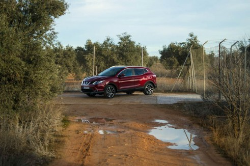 2014 Nissan Qashqai Review Side Road Scene carwitter 491x326 - 2014 Nissan Qashqai 1.2 DIG-T Review – The crossover reboot? - 2014 Nissan Qashqai 1.2 DIG-T Review – The crossover reboot?