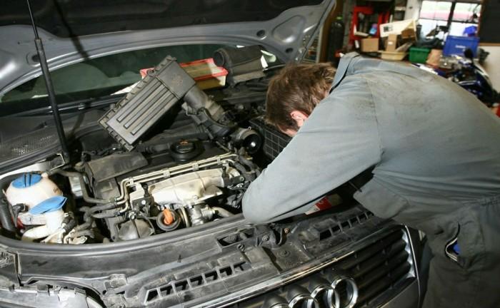 Audi Mechanic Garage Workshop carwitter 700x432 - GUIDE: Car Service Plans - GUIDE: Car Service Plans