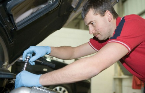 KIA Mechanic Garage Workshop carwitter 491x313 - GUIDE: Car Service Plans - GUIDE: Car Service Plans