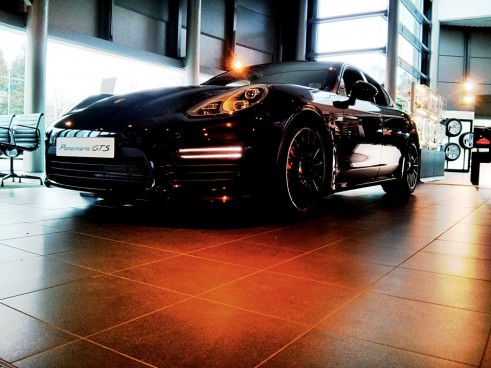 Porsche,Panamera,GTS,Front,Right,Carwitter