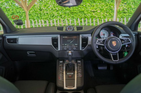Porsche Macan Turbo Review Dashboard carwitter 491x326 - Porsche Macan Turbo Review – The baby Porsche - Porsche Macan Turbo Review – The baby Porsche
