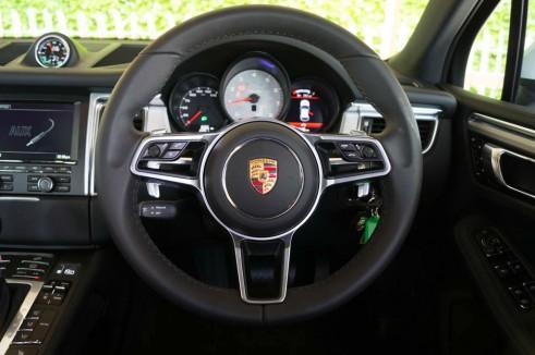 Porsche Macan Turbo Review Steering Wheel carwitter 491x326 - Porsche Macan Turbo Review – The baby Porsche - Porsche Macan Turbo Review – The baby Porsche