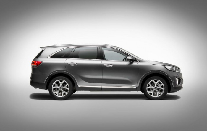 2015 Kia Sorento Side carwitter 700x446 - American SUV's are all huge with even bigger engines - American SUV's are all huge with even bigger engines