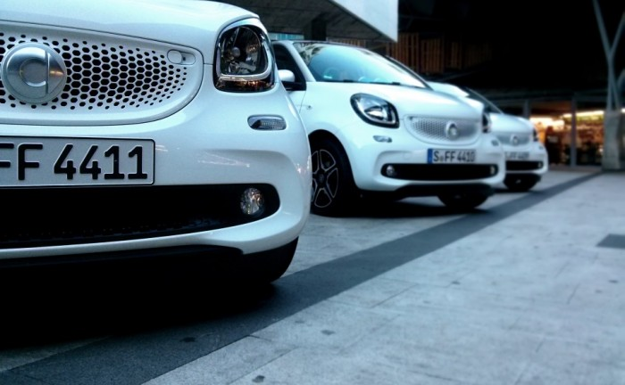 Smart ForFour Front Convoy Smart Launch 2014 Carwitter 700x432 - 2015 Smart ForTwo and ForFour Review - Grown up - 2015 Smart ForTwo and ForFour Review - Grown up
