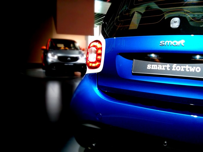 Smart Fortwo Forfour Rear Front Smart Launch 2014 Carwitter 700x525 - 2015 Smart ForTwo and ForFour Review - Grown up - 2015 Smart ForTwo and ForFour Review - Grown up