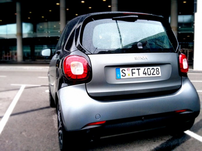 Smart Fortwo Rear Smart launch 2014 Carwitter 700x525 - 2015 Smart ForTwo and ForFour Review - Grown up - 2015 Smart ForTwo and ForFour Review - Grown up