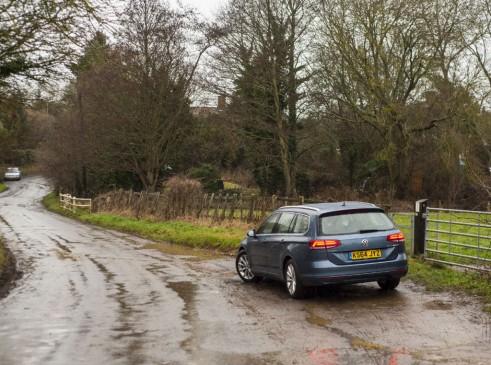2015 Volkswagen Passat rear 2 - carwitter