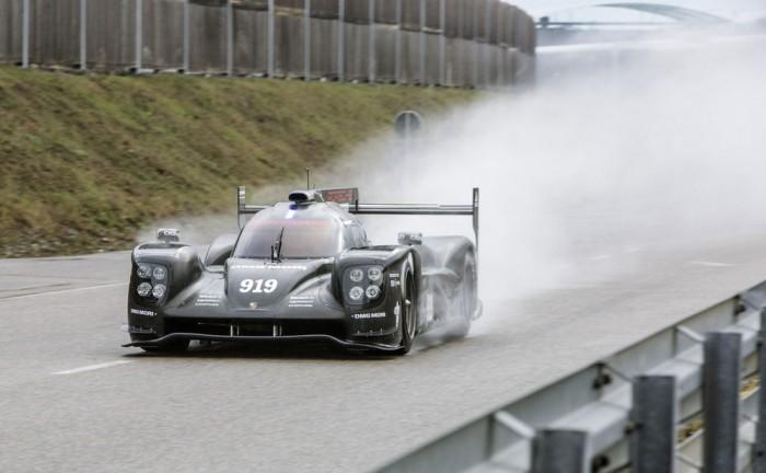 205 Porsche 919 rollout carwitter 700x432 - 2015 Porsche 919 makes track debut - 2015 Porsche 919 makes track debut