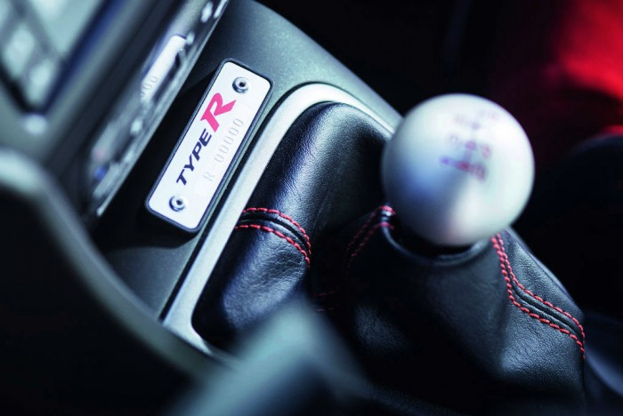 2015 Honda Civic Type R Gear Knob Plaque carwitter 700x468 - 2015 Honda Civic Type R  Review – VTEC, but not as we know it - 2015 Honda Civic Type R  Review – VTEC, but not as we know it