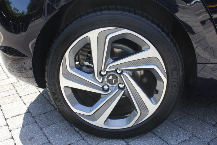 DS 5 Review UK First Drive Wheel 700x467 - 2015 <del>Citroën</del> DS 5 Review - A brand launcher? - 2015 <del>Citroën</del> DS 5 Review - A brand launcher?