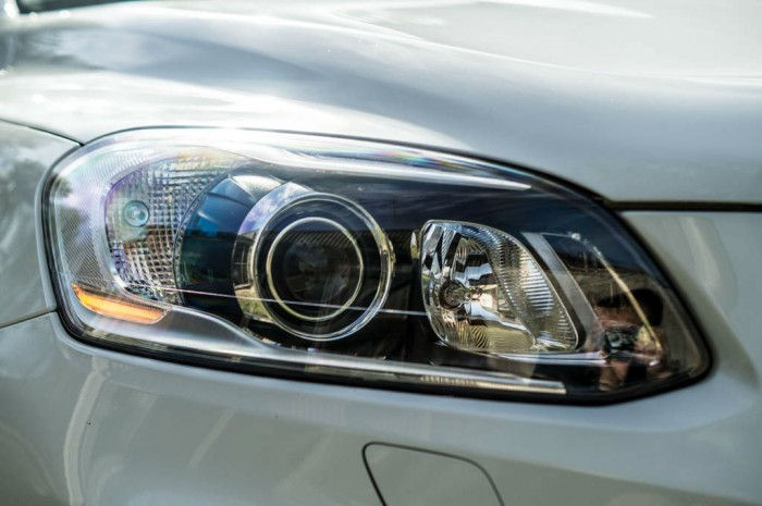 2015 Volvo XC60 RDesign D4 Review Active Bending Xenon Headlights carwitter 700x465 - 2015 Volvo XC60 Review – Stable Swede - 2015 Volvo XC60 Review – Stable Swede