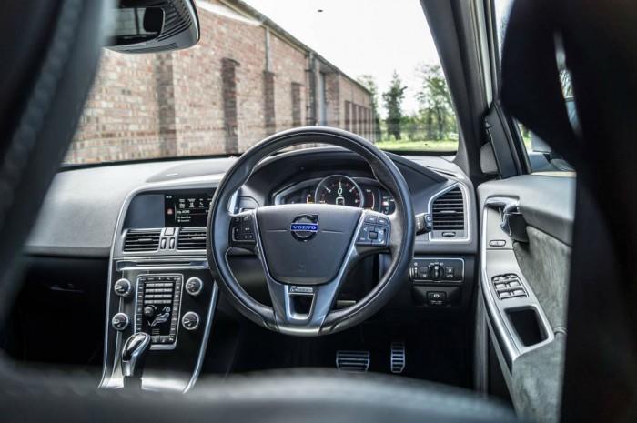 2015 Volvo XC60 RDesign D4 Review Steering Wheel Scene carwitter 700x465 - 2015 Volvo XC60 Review – Stable Swede - 2015 Volvo XC60 Review – Stable Swede