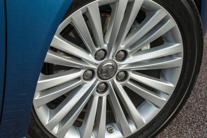 2015 Vauxhall Insignia review wheel carwitter © GM Company 700x466 - 2015 Vauxhall Insignia Sports Tourer review - 2015 Vauxhall Insignia Sports Tourer review