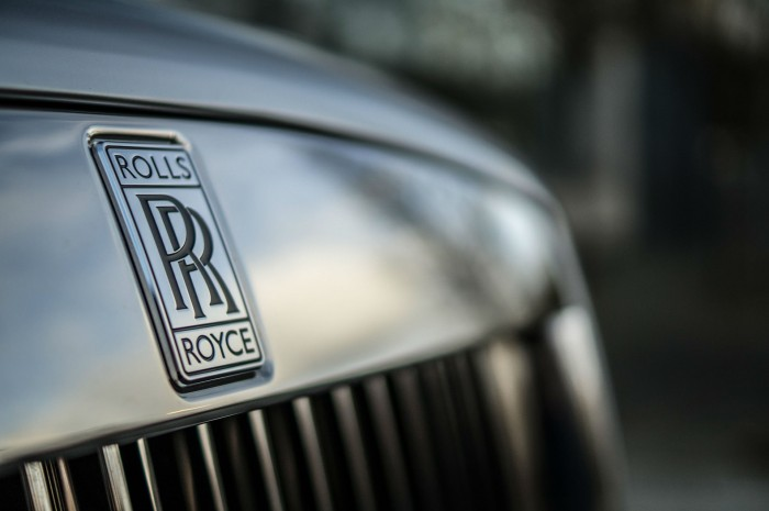 2016 Rolls Royce Ghost Series 2 Review Front Badge carwitter 700x465 - 2015 Rolls Royce Ghost Series 2 Review - 2015 Rolls Royce Ghost Series 2 Review