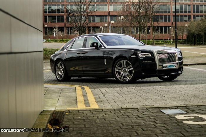 2016 Rolls Royce Ghost Series 2 Review Front Scene 2 carwitter 700x465 - 2015 Rolls Royce Ghost Series 2 Review - 2015 Rolls Royce Ghost Series 2 Review