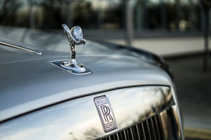 2016 Rolls Royce Ghost Series 2 Review Spirit Of Ecstasy Badge carwitter 700x465 - 2015 Rolls Royce Ghost Series 2 Review - 2015 Rolls Royce Ghost Series 2 Review