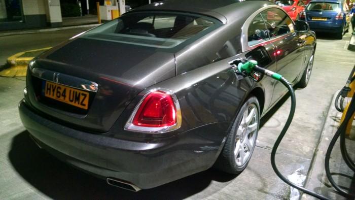 Rolls Royce Wraith Petrol Pump 001 carwitter 700x394 - Revving Up Your Fuel Economy - Revving Up Your Fuel Economy