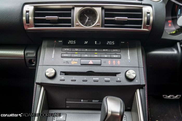 2016 Lexus is200t Review - Centre Console - carwitter