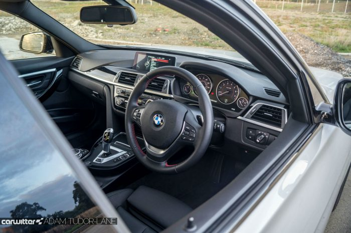 2016 BMW 330e eDrive Review Dash Interior carwitter 700x465 - BMW 330e Review - The future of motoring - BMW 330e Review - The future of motoring