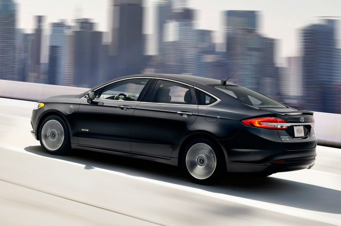 2017 Ford Fusion Side carwitter 700x465 - The 2017 Ford Fusion Hybrid is packed full of safety tech - The 2017 Ford Fusion Hybrid is packed full of safety tech