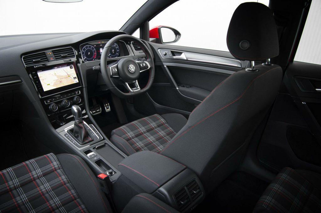 2017 Volkswagen Golf GTi Review Interior Dashboard carwitter 1024x682 - VW Golf GTi Review 2017 - VW Golf GTi Review 2017