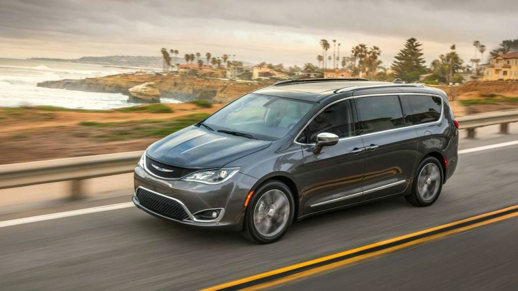 2017 Chrysler Pacifica Side carwitter 1024x576 - American SUV's are all huge with even bigger engines - American SUV's are all huge with even bigger engines