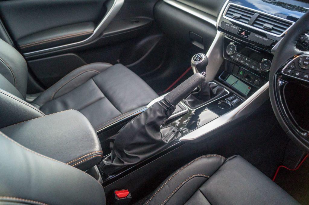 2018 Mitsubishi Eclipse Cross Review Manual Gear Shift Position carwitter 1024x681 - Mitsubishi Eclipse Cross Review - Mitsubishi Eclipse Cross Review
