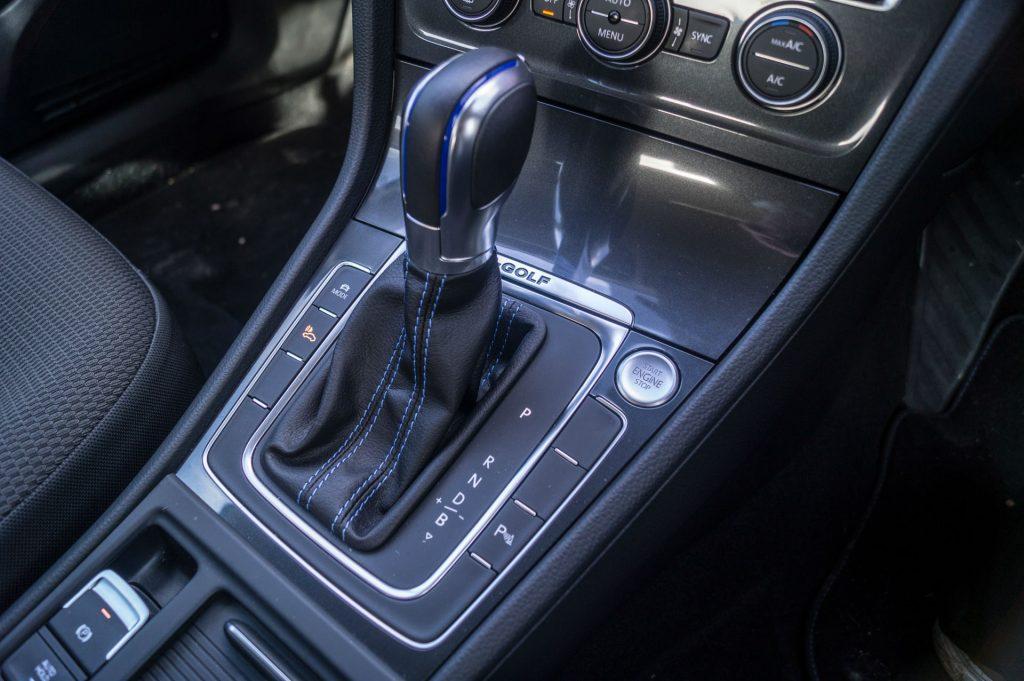 2018 VW eGolf Review Gearstick carwitter 1024x681 - 2018 VW e-Golf Review - 2018 VW e-Golf Review
